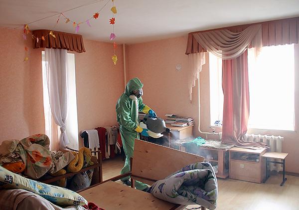 Θεραπεία των διαμερισμάτων από την υπηρεσία απολύμανσης bedbugs.