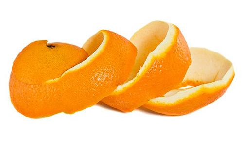 يمكن أن تقشعرق البرتقال الطازج العث من مخزون الطعام ، لكنها لا تستطيع تدمير اليرقات.