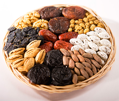 أكل اليرقات عثة الغذاء أيضا المكسرات والفواكه المجففة والتوت المجفف.