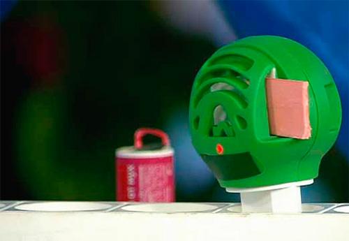عادة ، يتم استخدام أجهزة التبخير ضد البعوض في شقة ، لكنها تسمح تماما للتخلص من العث.