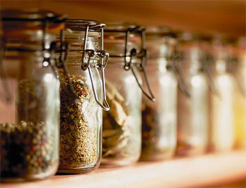 يجب تخزين المواد الغذائية السائبة في حاويات محكمة التركيب.