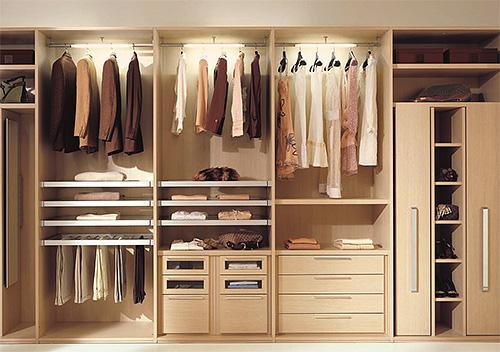 لتدمير عثة الملابس ، تحتاج إلى التعامل مع خزانة الملابس بالكامل مع الملابس.