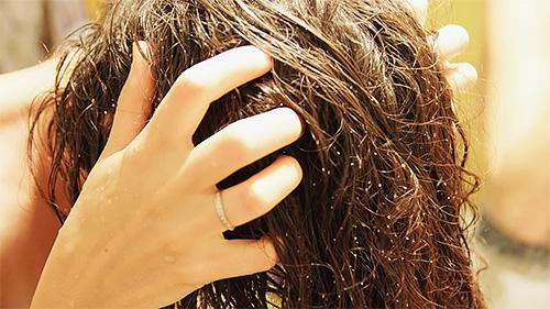 بعد تطبيق Benzyl Benzoate على الرأس ، من الضروري لفرك المنتج برفق في الشعر