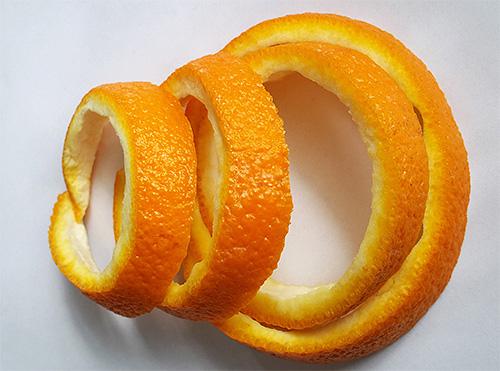 القشور البرتقالية فعالة في إفراز العث ، ولكن يجب تغييرها كثيرًا.