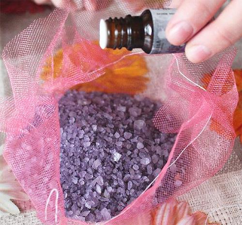 اصنع الكيس لتخويف العث الخاص بك. يستغرق سوى قطعة من القماش ، زيت اللافندر الأساسي وملح البحر.
