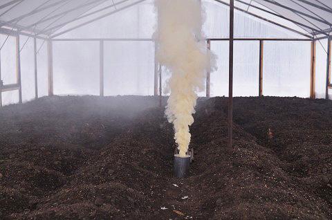 غالبا ما تستخدم قنابل دخان في البيوت البلاستيكية لقتل الحشرات والفطريات.