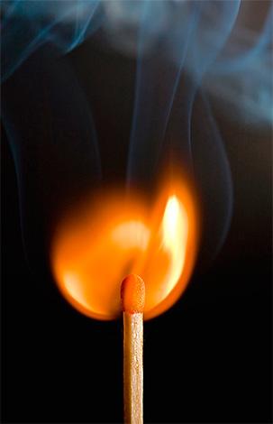 يمكنك التخلص من عش دبور بمساعدة النار ، ولكن هذا هو تماما طريقة خطرة النار.