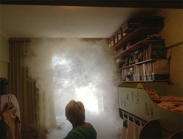 عند استخدام قنابل الدخان المبيدات الحشرية يتوزع الدخان في جميع أنحاء الغرفة ويخترق كل الشقوق والثقوب تقريبًا.