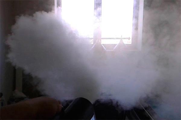 قنبلة سموك واحدة تكفي لتدمير الحشرات في غرفة مساحتها 300 متر مربع. م.