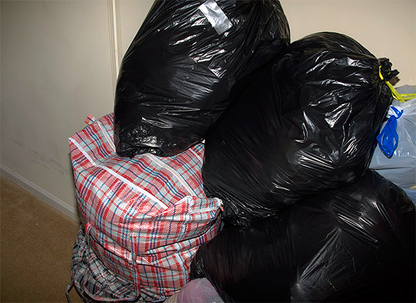 The photo shows an example of clothes packed in plastic bags so that the fabrics do not absorb foreign smells.