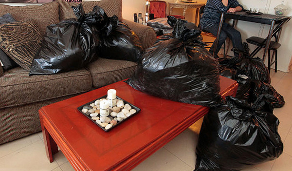 Clothes, dishes and other things before processing the apartment should be packed in plastic bags.