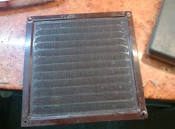 To prevent bugs, cockroaches and other insects from neighbors from entering the room, you can install a grid with a fine mesh on the air vent.