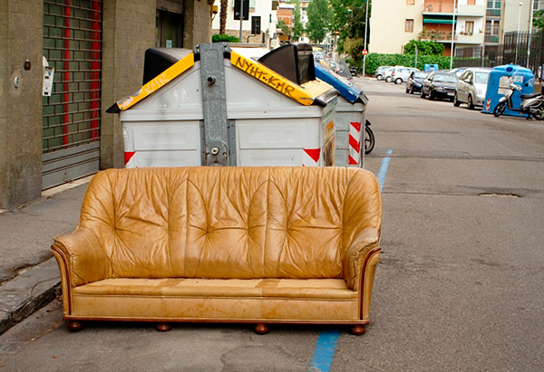 It should be borne in mind that sofas and chairs are often thrown out precisely because of their infection with bedbugs.