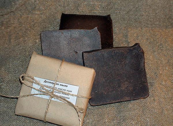 Tar katranın yüksek huş katran içeriği nedeniyle kahverengi bir rengi vardır (ağırlıkça% 10'a kadar).