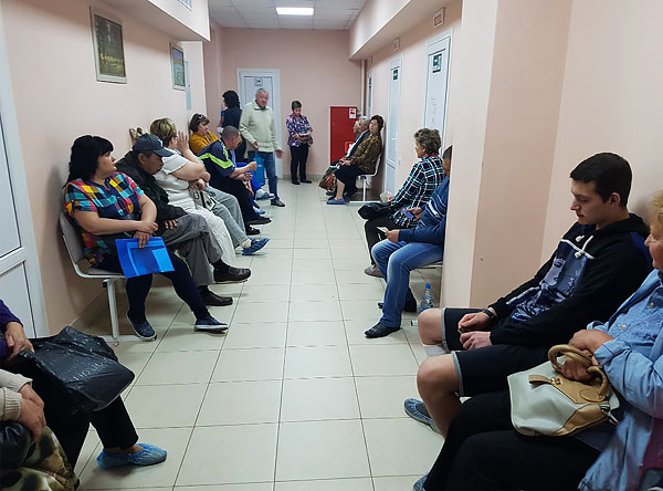من غير المحتمل أن يسعد العشرات من المرضى الذين ينتظرون الطبيب أن يكون لديهم شخص آخر في قائمة الانتظار يحتاج فقط إلى إزالة القرادة من الجلد.