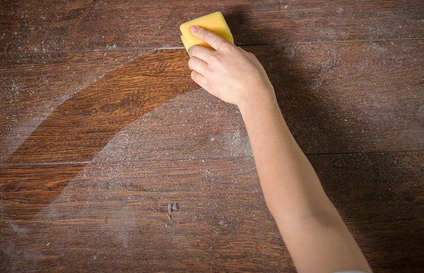 من المهم تقليل عدد القراد ، ليس فقط في السرير ، ولكن في جميع أنحاء الشقة ، إزالة الغبار بانتظام.